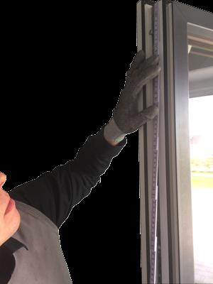 Wir vermessen Ihre Fenster ordnungsgemäß, für einen korrekten Einbau der Pilzbeschläge.